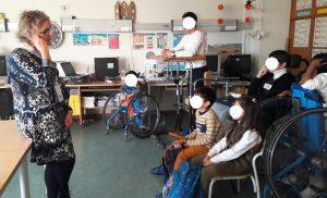 A Dra. Isabel Borges faz a apresentação dos alunos e do Planetário