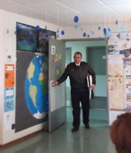 O Senhor Faroleiro Santa Neto abre a porta da escola