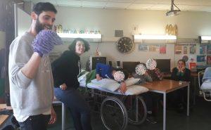 Os técnicos do Museu da Marioneta apresentam um fantoche feito a partir de um pano do pó e os alunos observam o momento divertido