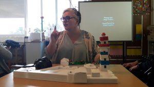 A Dra. Inês apresenta a maqueta do Farol de Santa Marta
