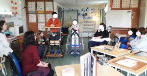 Grupo de alunos e as duas mediadoras culturais num momento de apresentação