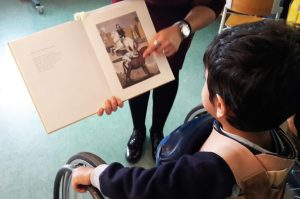 """O livro de Paula Rego """"Nursery Rhymes a ser apresentado a um aluno da creche"""