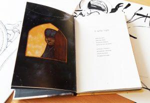 """O livro """"O Segredo do Papa-formigas"""" aberto num poema que fala sobre o velho tigre e um desenho onde se pode ver um tigre personificado à janela."""