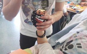 O Pedro ajuda um aluno na cama a construir a sua marioneta