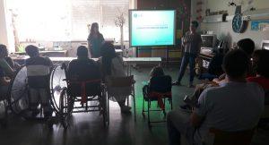 Os alunos escutam com atenção as mediadoras culturais do Centro Cultural de Cascais.