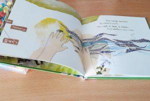 Uma quadra e uma ilustração de duas páginas do livro.