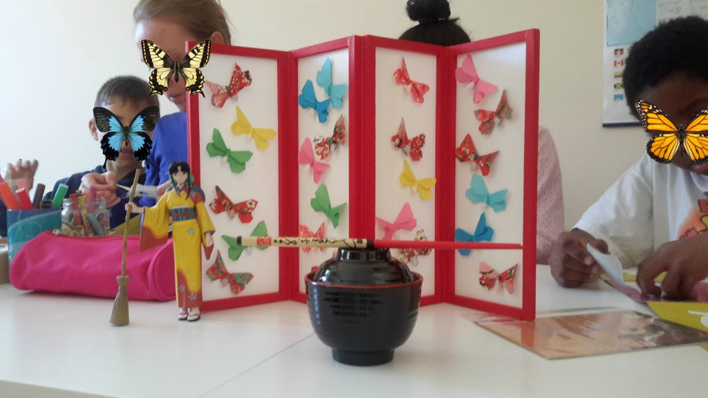 Fotografia que mostra objetos representativos da cultura japonesa