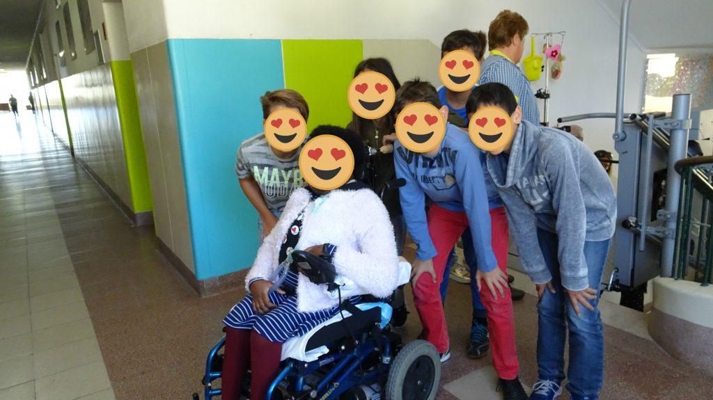 Fotografia do encontro com um grupo de colegas no corredor