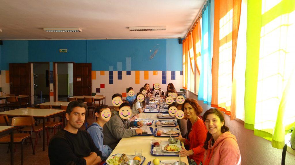 Fotografia de grupo à mesa do almoço
