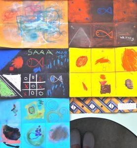 Cinco trabalhos em papel que imitam o trabaho do azulejo com várias cores e formas.