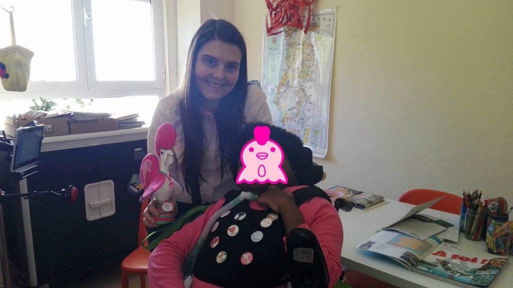 Fotografia da aluna, da professora e do Galo de Barcelos
