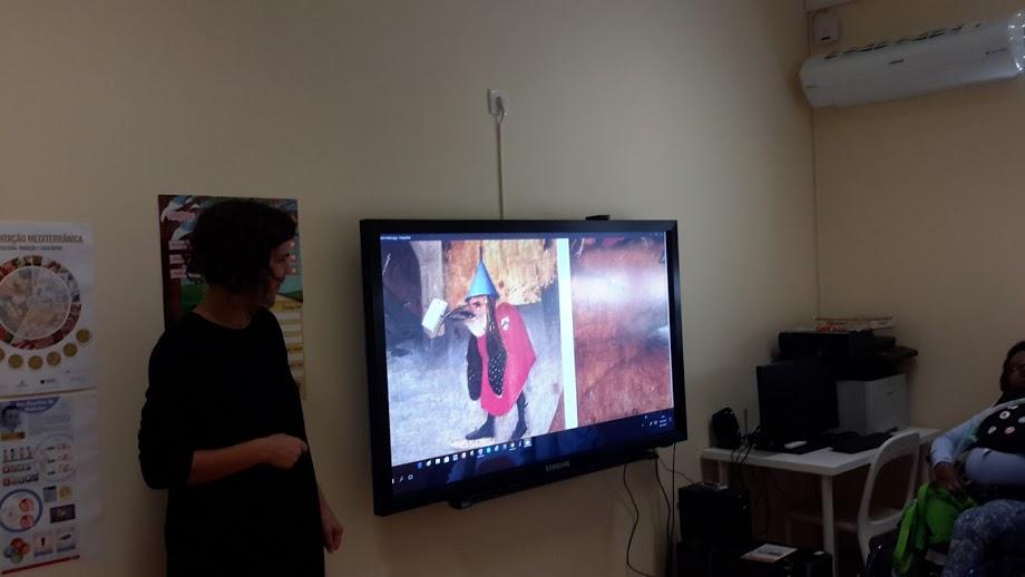 A Irina explica o significado de um pormenor da pintura de Hieronymus Bosch