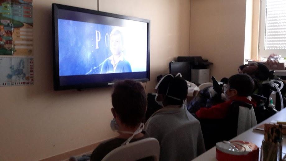 Alunos assistem ao filme Polar Express
