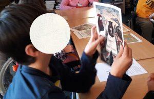 Um aluno observa atentamente uma ilustração antiga de uma rima d eberço.