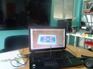 Foto com formas geométricas no computador