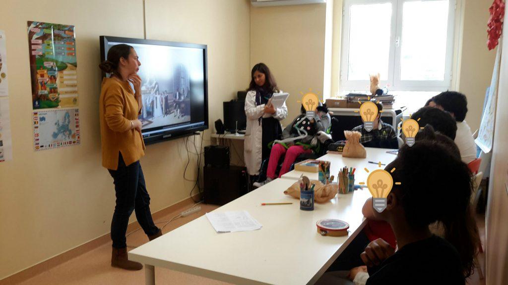 Marta apresenta o quadro de Domingos Sequeira, colocando aos alunos a questão: E se um retrato de família não fosse só um retrato de família?