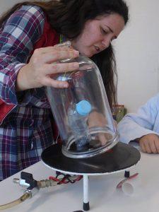 Experiências científicas com técnica do Pavilhão do Conhecimento
