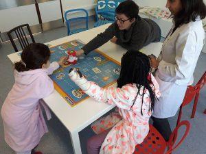 Alunas e professoras com o Robot DOC
