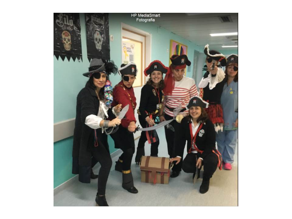 Professoras e educadoras mascaradas de piratas
