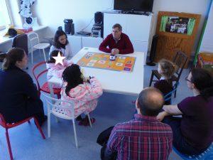 Prof. Paulo Torcato explica o roboto DOC ao público atento
