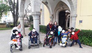 Alunos e acompanhantes na entrada do Palácio Condes Castro Guimarães