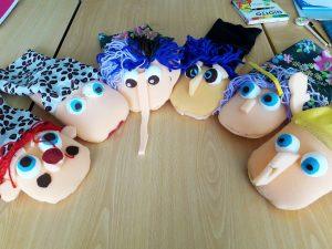 Conjunto de marionetas feitas pelos alunos