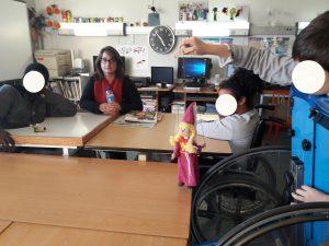 Um aluno experimenta a manipulação de uma marioneta