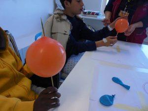Alunos do HSM a fazerem espetadas de balões