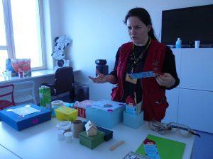 Sandra, do Pavilhão do Conhecimento, com a sua mesa de materiais