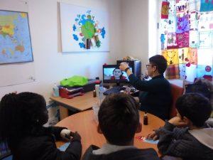 Alunos e professora em videoconferência com a Sandra