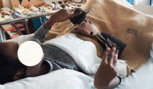 Aluna na cama brinca com o busto de Fernando Pessoa