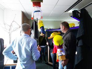 Nos bastidores, os atores com as marionetas