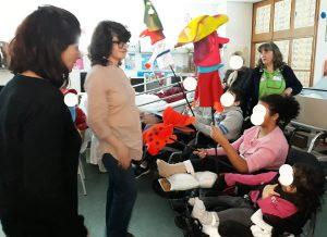 As mediadoras culturais ensinam os alunos a manipular as marionetas
