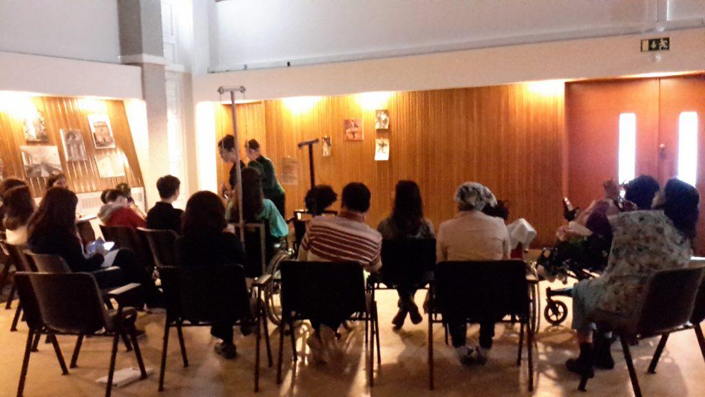 Fotografia da vista de costas do grupo que assistiu à peça Histórias de Musear
