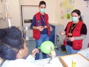 Monitores do Pavilhão do Conhecimento e aluna fazem experiências com o ar