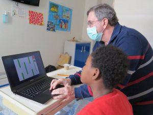Aluna e professor programam em Scratch