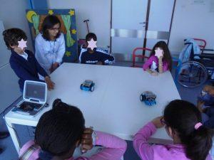 Professores e alunos brincam com os mbots