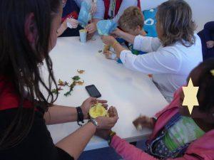 Alunos exploram fósseis de dinossauro de brincar