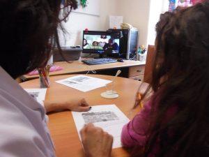 Professora e aluna com os alunos do IPO em TeleAula