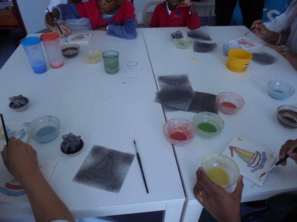 Pintura de azulejos com professoras, alunos e educadoras