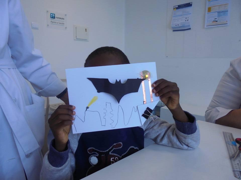 Postal com um morcego e um LED