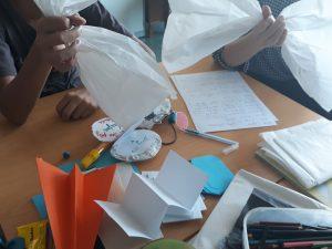 Os alunos e a professora constroem uma nuvem com papel de sulfito.