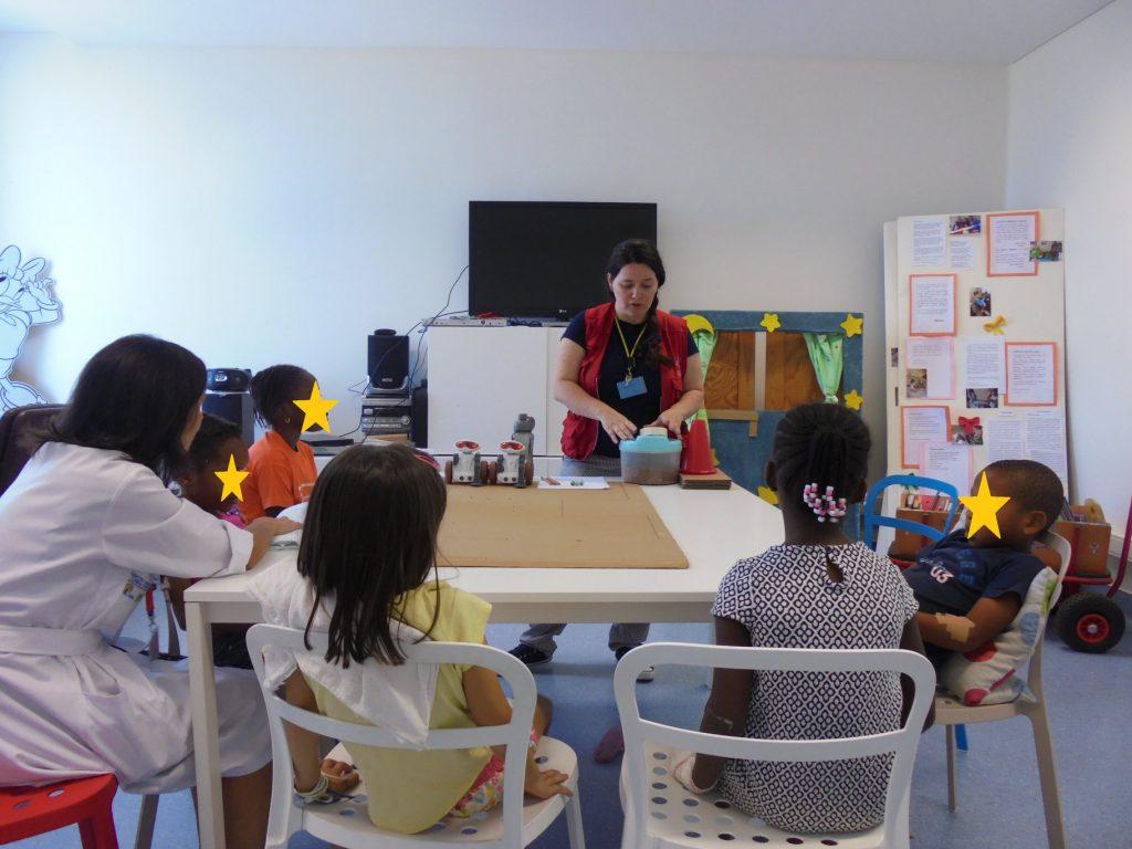Sandra do Pavilhão do Conhecimento com alunos e professora