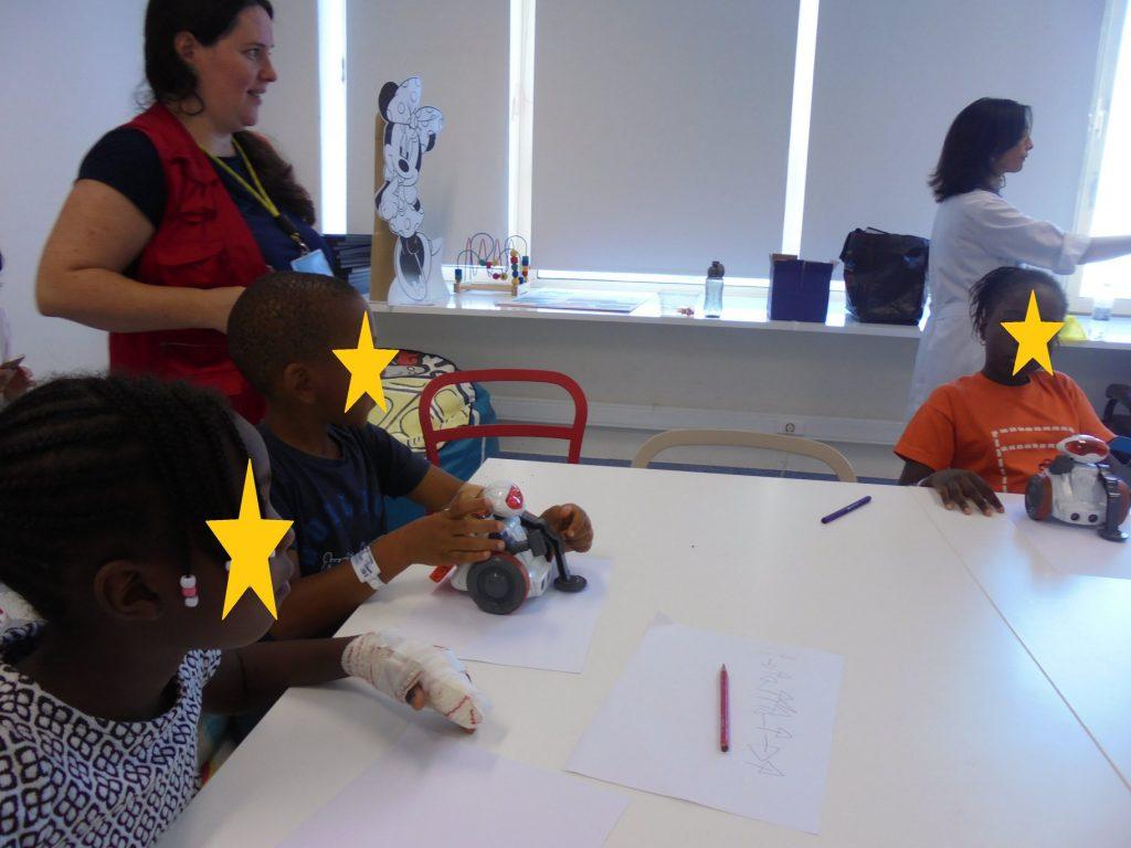 Sandra com alunos e o robot MIO