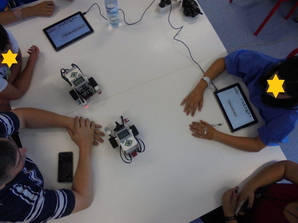Alunos com robots e tablets