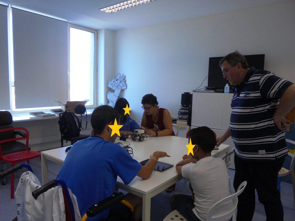 Alunos a utilizar robots e tablet com a professora Sara e o prof Paulo Torcato