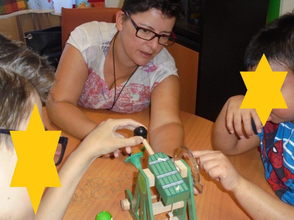 Professora Sara e alunos com catapulta