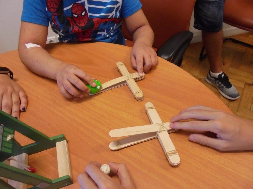 Alunos com catapultas artesanais