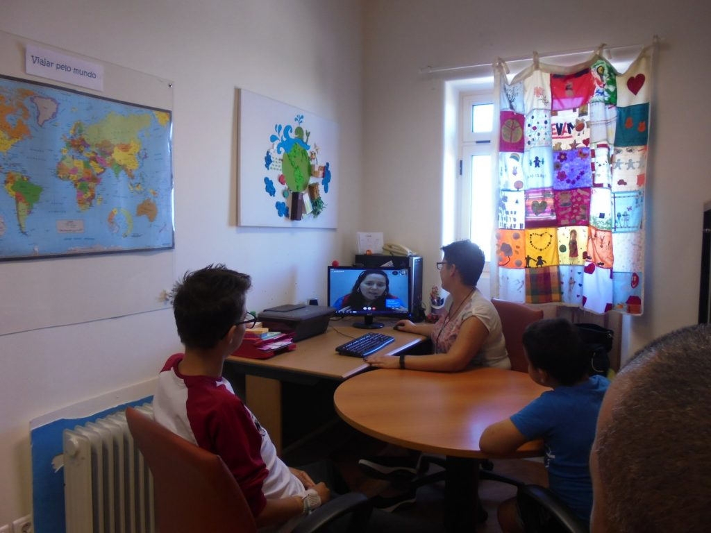 Sandra em videoconferência com alunos e professora Sara
