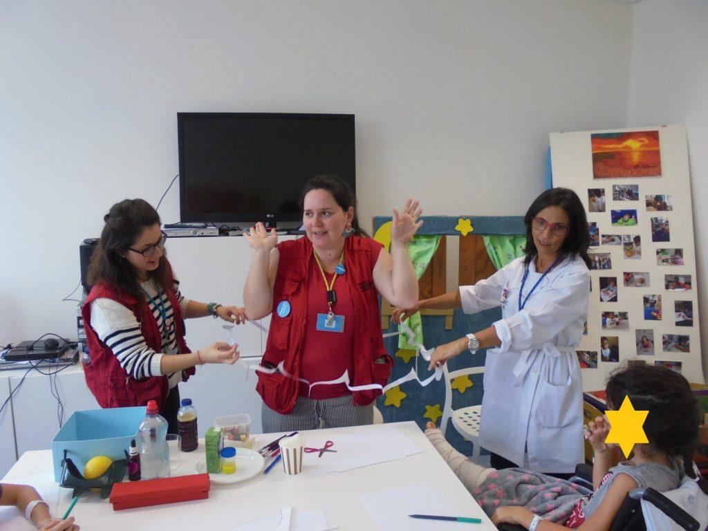 Técnicas do Pavilhão do Conhecimento, aluno e prof Diana - passar por dentro de uma folha